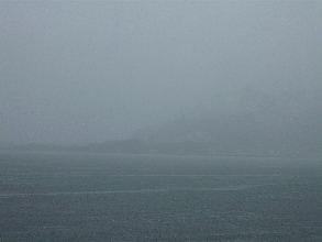 霧雨の内浦湾